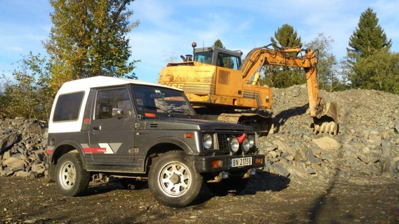 Rhino og gravemaskin.jpg